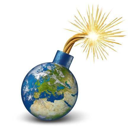 Europa financiële bom als een aarde kaart van de Europese Unie met aangestoken lont met vuur vonken fealing de hitte als een gevaarlijke economische Euro schuld waarschuwing en dringende bankencrisis met landen als Frankrijk Italië Griekenland Spanje Portugal.