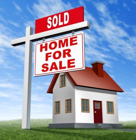 home loans: Venduto a casa per il segno di vendita e la casa come un concetto vero e proprio business immobiliare finanziaria di vendere sui prestiti ipotecari bassi prezzi accessibili a casa e comprare casa dei tuoi sogni famiglia utilizzando un agente per negoziare la vendita. Archivio Fotografico