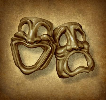 Klasycznej komedii i tragedii maski grunge jako symbol teatru i sztuk widowiskowych działających ikonę z happy maski antyczne i twarz smutnego na starym rocznika grunge tekstury dla klasycznych filmów epoki Silver Screen. Zdjęcie Seryjne - 12353886
