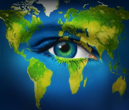 vision futuro: Planeta Tierra Humanos ojo como visión del mundo para el futuro y visión global en los negocios internacionales y la política a través de comunicaciones y conexiones de Internet de la red como las Naciones Unidas de personas de todos los países como una sola humanidad. Foto de archivo