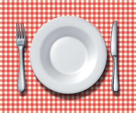 Lieu de réglage pour un restaurant familial avec une nappe à carreaux rouge et blanc avec une fourchette en céramique de porcelaine argenterie et le couteau comme un symbole de la cuisine fine cuisine italienne et les restaurants d'aliments traditionnels americana rapide. Banque d'images - 12353989