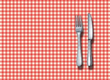 restaurante italiano: Familia restaurante a cabo el ajuste con un mantel cl�sico de rojo y blanco a cuadros con un tenedor y un cuchillo de plata como s�mbolo de la buena cocina la comida italiana y restaurantes de comida r�pida americana tradicional.