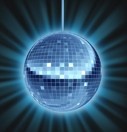 mirror ball: Bola de discoteca la noche de baile como un s�mbolo de bola de espejos de diversi�n y un partido maravilloso en una discoteca o club de baile como una celebraci�n de dejarse llevar y disfrutar de la ranura de la m�sica Foto de archivo