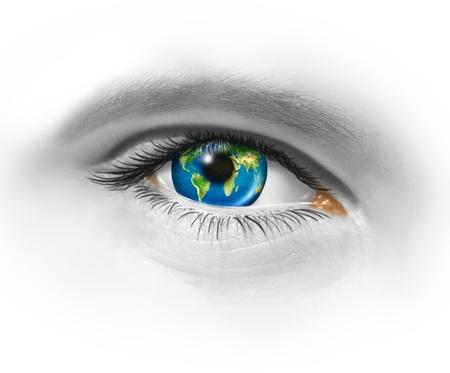 vision futuro: Una visión global y de los ojos en el mundo como un símbolo de los negocios internacionales y la planificación de la estrategia para tener éxito internacionalmente por la búsqueda de nuevos mercados con una esfera de la tierra como el iris Foto de archivo