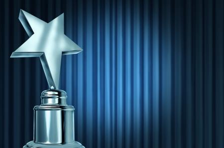 premios: Silver Star Award en las cortinas azules o cortinas de terciopelo con un punto de luz que representa un logro Foto de archivo