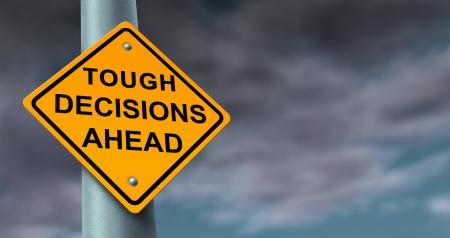 incertezza: Difficile e dura decisioni viaggio d'affari simbolo di incertezza in una situazione finanziaria difficile e la preparazione di soluzioni a problemi difficili come un cartello stradale giallo su uno sfondo di nuvole tempestose Archivio Fotografico