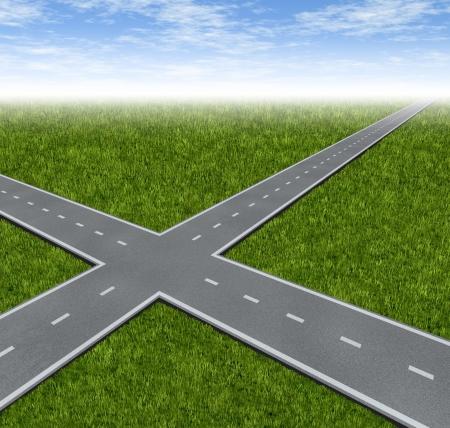 Crossroad Besluit Dilemma met twee wegen kruisen als business symbool van de moeilijke financiële keuzes te beslissen om de beste weg naar succes en rijkdom kiest op een groen gras zomer landschap met een hemel Stockfoto