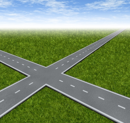 cruce de caminos: Crossroad dilema Decisión con dos carreteras que cruzan como un símbolo de negocio de hacer frente a difíciles decisiones financieras que decidan elegir el mejor camino hacia el éxito y la riqueza en un paisaje de hierba verde de verano con un cielo