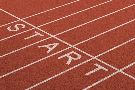 start of race: Desde la l�nea de negocio como un s�mbolo de la met�fora diciendo Ready Set Go para el inicio o comienzo de una estrategia planificada para el �xito representado por una pista y de fondo cancha del estadio como un concepto de objetivos de oportunidad y de ajuste Foto de archivo