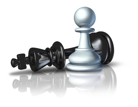 ajedrez: El �xito de la estrategia y un plan de negocios ganador s�mbolo representado por un pe�n de derrotar al rey del ajedrez como un icono de un concepto de David y Goliat sobre un fondo blanco Foto de archivo