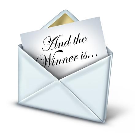 Award winnaar envelop met een witte letter en gouden versiering onthulling van de naam van de winnende ontvanger als een symbool van zaken of plezier succes en prestatie op een witte achtergrond
