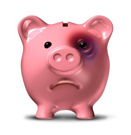 Financiële stress en schuldencrisis als een slechte investering zakelijk concept met een roze spaarvarken met een pijnlijk blauw oog als een icoon van gebroken gezin financiën en budgettaire problemen als gevolg van de economische recessie Stockfoto