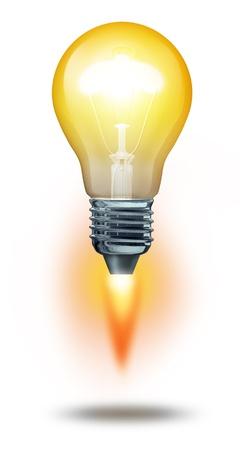 cohetes: Poder del pensamiento y el s�mbolo de �xito las ideas creativas con una bombilla iluminada de despegar como un cohete de gran alcance hacia arriba para sucess en la innovaci�n para los negocios en un fondo blanco