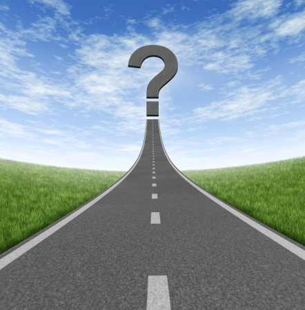 signo de pregunta: Camino al cambio y la ruta de carrera en los negocios como una v�a ascendente con un signo de interrogaci�n en un cielo de verano azul y la hierba que representa la direcci�n financiera y orientaci�n en busca de respuestas