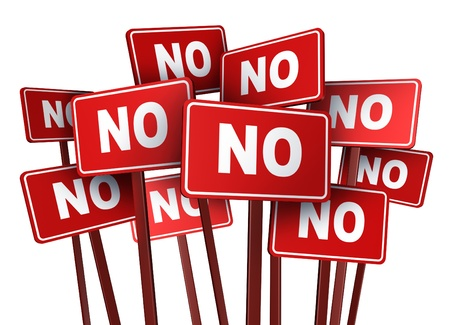 Wählen Sie NEIN-Kampagne und Protest Zeichen für eine politische oder soziale Frage in einer Wahl, die sich in einer Gruppe Demonstration protestieren, ein Gesetz oder Politik von einem Politiker auf einem isolierten weißen Hintergrund gemacht stoppen