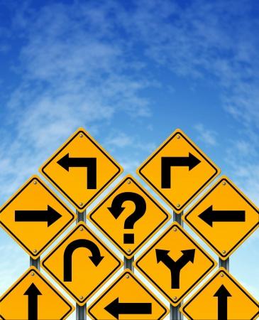cruce de caminos: Elegir una estrategia o un trazado como un concepto de negocio con el confuso diferentes se�ales de color amarillo de la calle de direcci�n que muestran preguntas dilema de buscar soluciones para el �xito en un cielo azul