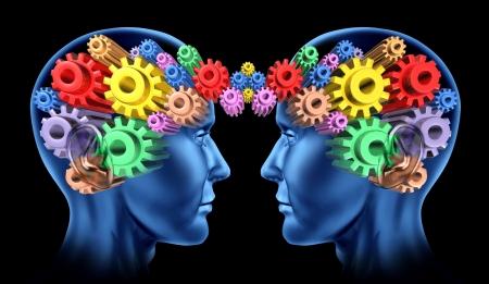 sinergia: Las comunicaciones del cerebro en la cabeza como un equipo de trabajo en red y mentes pensantes trabajando junto con los símbolos de los engranajes y ruedas dentadas conectadas