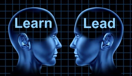 ビジネス トレーニングとお互いに直面している人間の頭を持つ教育学習技術のリーダーシップ 写真素材
