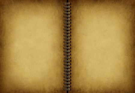 Blank alten Notizbuch mit einem antiken verwitterten Grunge Pergament Textur als eine leere beige vintage-Pad mit einem Metall-Spule in der Mitte Standard-Bild - 14345346