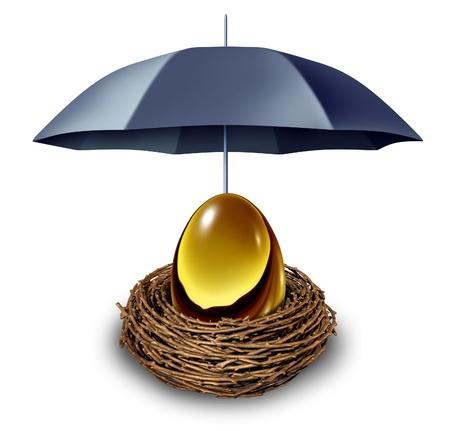 La sécurité financière et le symbole d'assurance des fonds de retraite avec un ?uf d'or dans un nid protégé par un parapluie noir contre ralentissements de l'économie et comme un abri fiscal sur un fond blanc