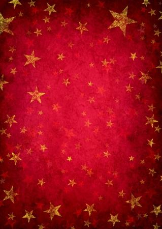 Rode grunge achtergrond met gouden rustieke sterren als een decoratief ontwerp patroon als een vintage decoratie als een magische fantasie vakantie viering Stockfoto