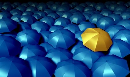 Individuele denken zakelijke symbool met een grote groep blauwe paraplu's en Permanent uit de menigte als een zelfverzekerde gele paraplu als iconen van de bescherming en financiële zekerheid