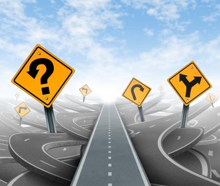 Questions et une stratégie claire et des solutions pour le leadership des affaires avec une trajectoire rectiligne à la réussite de choisir la bonne voie stratégique avec les panneaux de signalisation jaunes coupe à travers un dédale de routes et autoroutes enchevêtrées