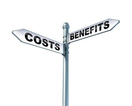 孤立した白い背景の上に管理対象リスクに関して金融ビジネスの選択肢のシンボルとしてコストとメリットのジレンマの道路標識 写真素材