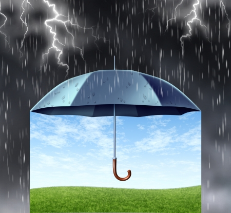 sotto la pioggia: Concetto di protezione assicurativa con un ombrello nero che copre e protegge da una pericolosa tempesta oscura la pioggia con fulmini e tuoni sotto è un tranquillo paesaggio estivo al sicuro con erba verde e un cielo blu Archivio Fotografico