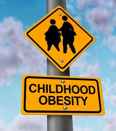 obesidad infantil: Infancia concepto de la obesidad con una señal vial que muestra un icono de los niños con sobrepeso y jóvenes estudiantes como una advertencia a los peligros de comer comida chatarra y comida rápida grasa