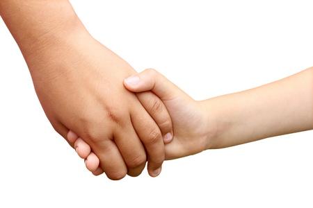 maltrato infantil: Los ni�os tomados de la mano como s�mbolo de un hermano y una hermana de ayudarse unos a otros como hermanos o hijos de la escuela en una comprensi�n de la unidad aislada en blanco