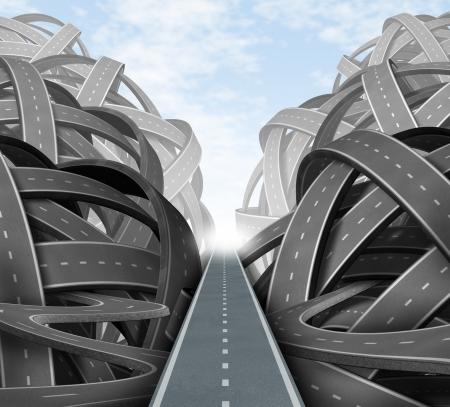 Corte a través de la confusión con una estrategia clara y soluciones para el liderazgo empresarial con un camino recto hacia el éxito elegir el camino estratégico correcto a través de un laberinto de caminos y carreteras enredado Foto de archivo