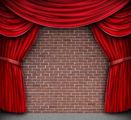 cortinas rojas: Cortinas rojas y cortinas de terciopelo en un viejo muro de ladrillo rústico como un escenario de teatro para el teatro y la comedia de pie desempeño Foto de archivo