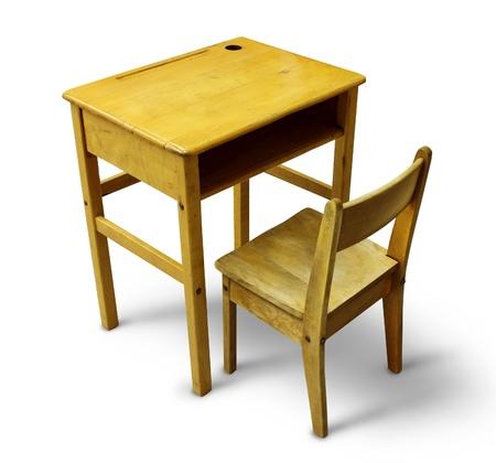 escuela primaria: Volver al escritorio de la escuela en un fondo blanco como muebles de madera de �poca educaci�n que representa el concepto de los escolares de aprendizaje en el aula