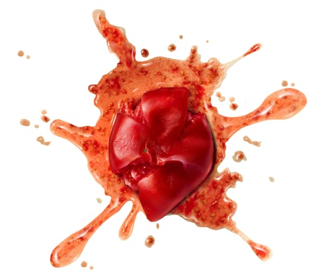 Imbrattato pomodoro tritato e verdura frutta rossa gettata ad una parete come un simbolo alimentare schiacciata o un concetto per una protesta ad uno spettacolo brutto o meno prestazioni divertenti su uno sfondo bianco