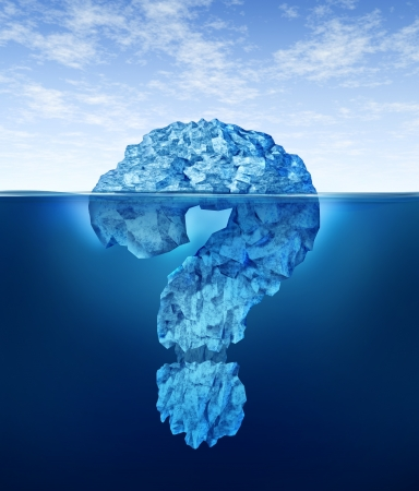 uncertain: La informaci�n privada conocimiento de informaci�n privilegiada secretos ocultos y los datos personales o de negocios como un iceberg sumergido partialy en la forma de un signo de interrogaci�n como un concepto de cifrado de Internet y la seguridad digital o el comercio ilegal