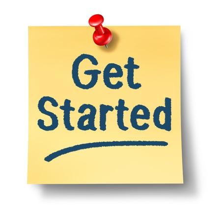 incominciare: Inizia nota ufficio su carta gialla e una puntina rossa come un concetto di un nuovo inizio e un incoraggiamento per iniziare un viaggio su uno sfondo bianco