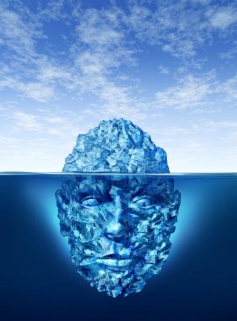 Exploratie en ontdekking concept met een ijsberg drijvend op een blauwe oceaan en de onderwater gedeelte van het bevroren ijs is in de vorm van een menselijk hoofd als een bedrijf en het leven symbool in het zoeken naar kansen en gevaren