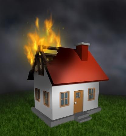 incendio casa: Fuego de la casa y la quema s�mbolo seguro de hogar con una estructura residencial da�ado quemada que muestra la destrucci�n en llamas y la importancia de la alarma de humo y sistemas de seguridad Foto de archivo