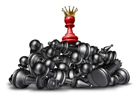 Le gagnant et le concept de réussite vainqueur avec un pion d'échecs rouge portant une couronne d'or sur le dessus d'une montagne de concurrents vaincus qui sont couchés sur un fond blanc