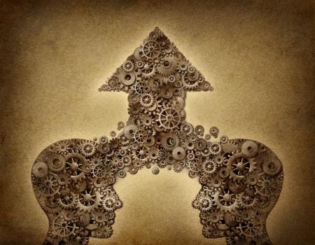 Zusammenarbeit von Unternehmen teamwork Wachstum Konzept mit zwei menschlichen Kopf Formen miteinander verschmelzen, um eine nach oben gerichteten Pfeil von Getrieben und Zahnrädern aus als Finanz-Symbol auf einem grunge alten Pergament Papier zu bilden