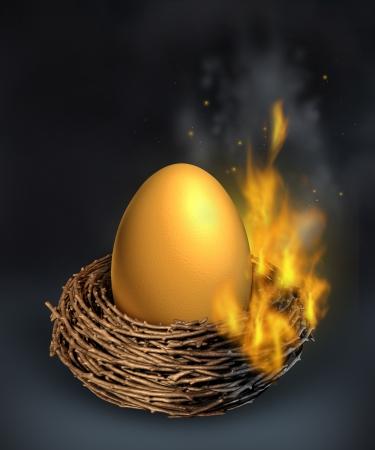 gniazdo jaj: Oszczędności kryzysu z Burning złote jajko, gniazdo będzie w płomieniach jako koncepcji finansowej rozpaczy pieniędzy i wyzwania zarządzania problemów zadłużenia z powodu spowolnienia gospodarczego lub nadmiernych wydatków i będzie nad budżetem