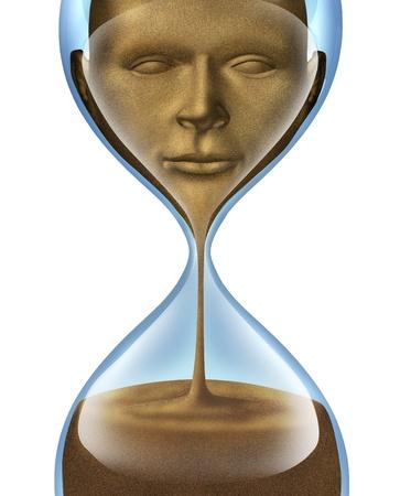 esquizofrenia: Proceso de envejecimiento y la pérdida de conciencia de sí mismo y olvidar quién eres como persona humana y de negocios con una cara de una persona de arena desvaneciendo en un reloj de arena sobre un fondo blanco Foto de archivo