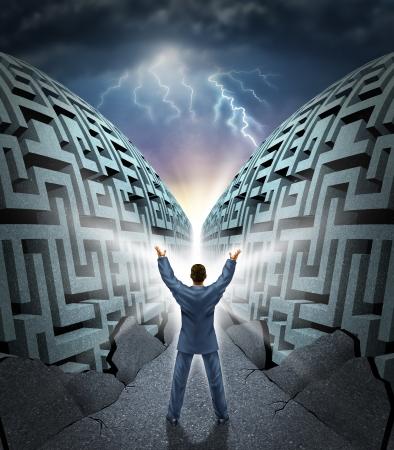 La determinación de tener éxito con un hombre de negocios con los brazos en el aire mágicamente apertura