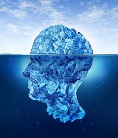 Riesgos del cerebro humano con un iceberg en la forma de una cabeza partialy sumergido en el frío océano ártico Foto de archivo