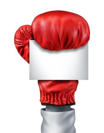 low prizes: Lucha y la competencia con un signo aislado guante de boxeo rojo que sostiene una tarjeta blanca en blanco
