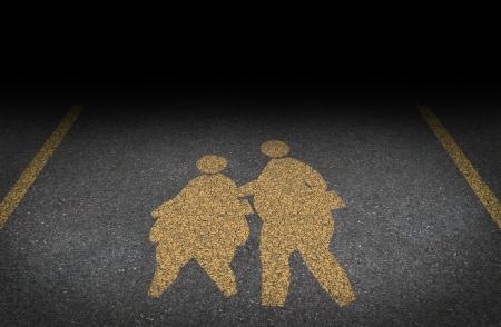 obesidad infantil: La obesidad en los niños obesos y el concepto de infancia con un signo amarillo pintado camino asfaltado