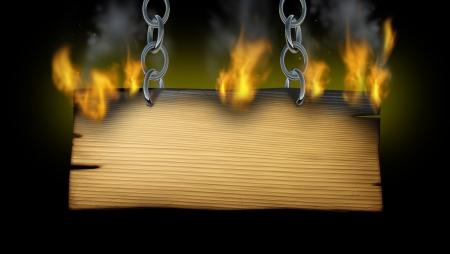검정색 배경에 서쪽 또는 소박한 뜨거운 메시지 광고로 간판을 들고 금속 체인으로 화재 불길과 연기와 오래 된 나무 판자에 목조 기호를 레코딩