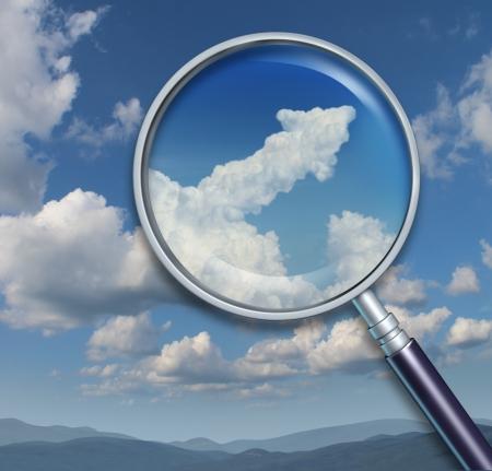 lupa: B�squeda de oportunidades y descubrimiento de las posibilidades de �xito en los negocios con una capacidad visionaria como una lupa sobre un cielo con una nube en forma de flecha hacia arriba Foto de archivo