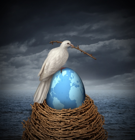 paz mundial: Global de Paz y esperanza para ninguna guerra en el Medio Oriente y el resto del planeta con una paloma blanca construyendo un nido con ramitas y un huevo frágil con el mapa del mundo sobre un cielo nublado y el océano